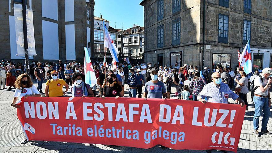 Decenas de personas se concentran para reclamar una tarifa eléctrica gallega