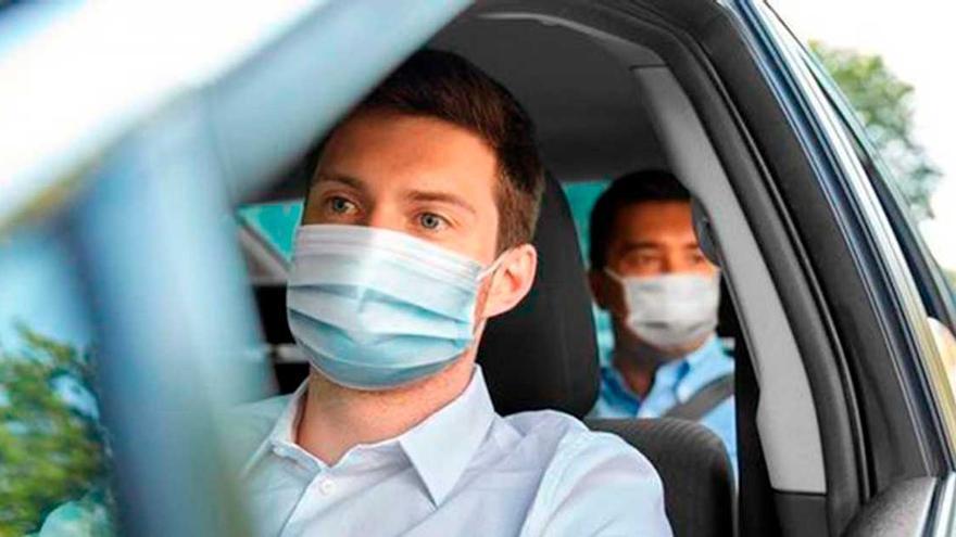 ¿Me pueden multar si no llevo la mascarilla en el coche? La DGT aclara la duda de muchos conductores