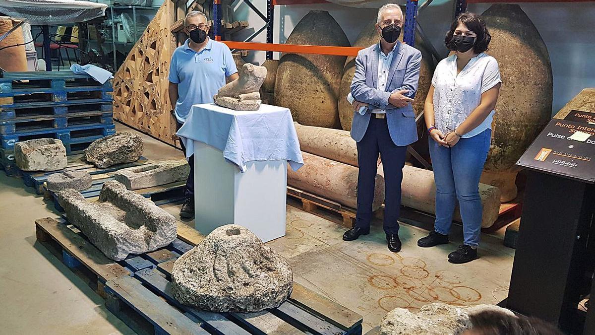 Daniel Botella, Juan Pérez y Mamen Beato, en la presentación de las piezas arqueológicas en Lucena.