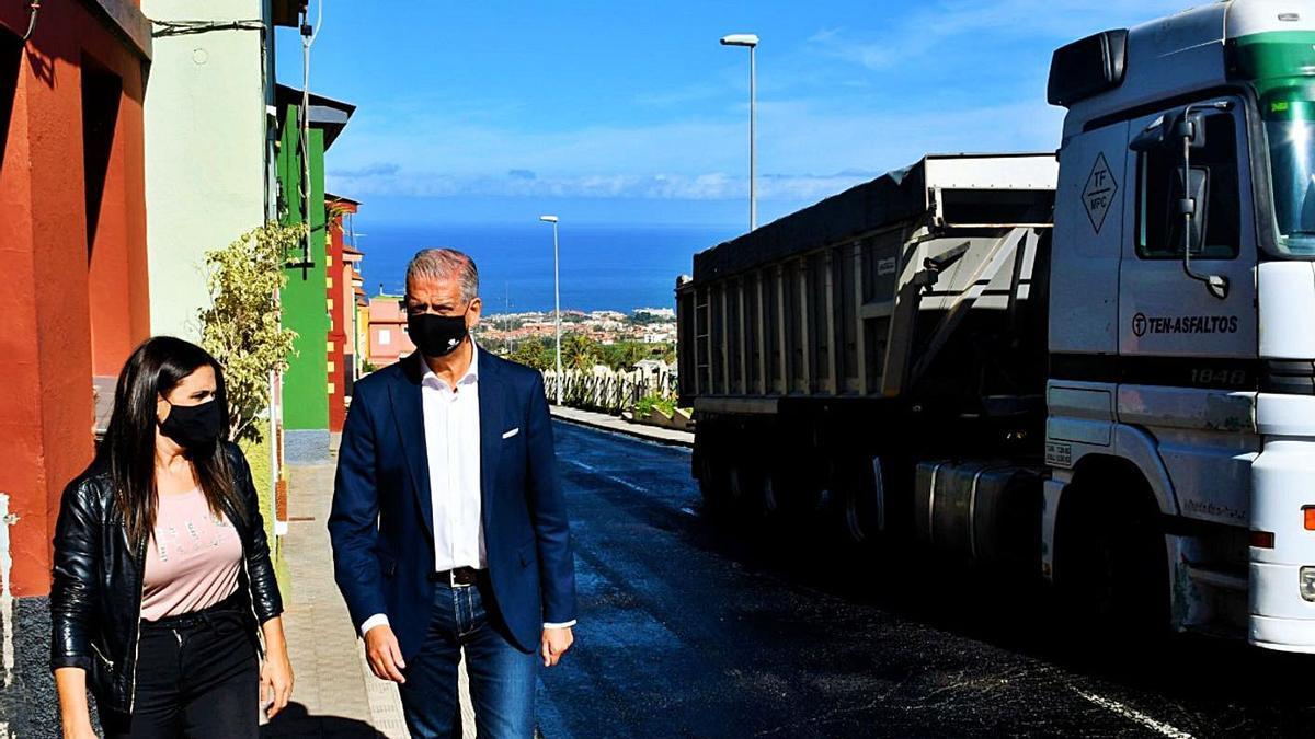 El alcalde, Francisco Linares, justo a la concejal de Servicios Generales, Yurena Luis. | | E.D.