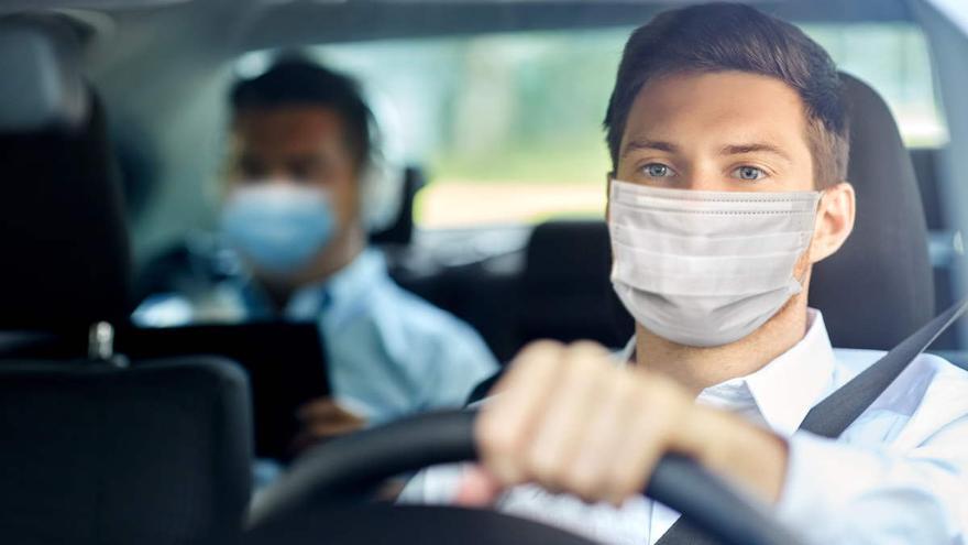 La multa por no llevar la mascarilla en el coche puede llegar a ser de 100 euros