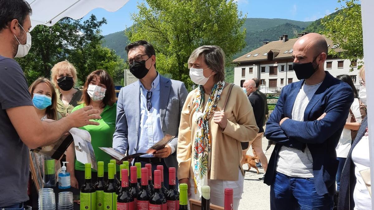 Representantes del Partido Aragonés visitan la Feria de la Primavera de Biescas (Huesca).