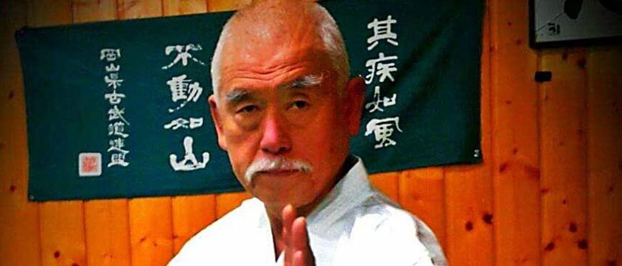 Hiromichi Kohata, ejecutando una kata.  