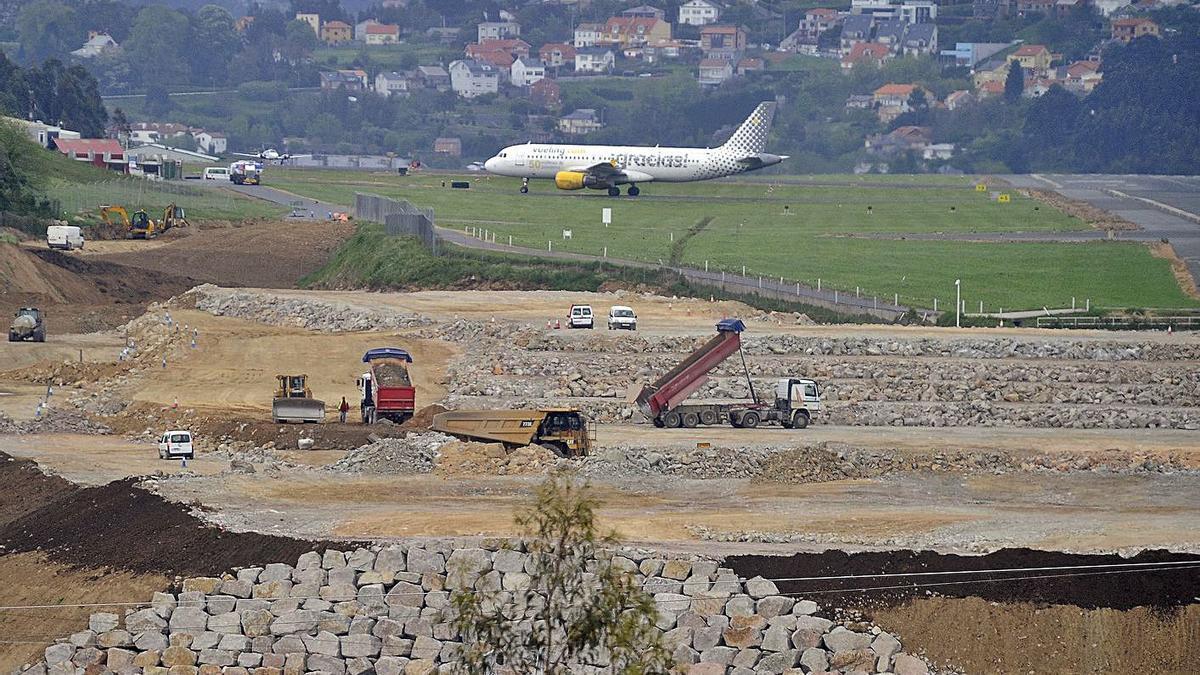 Un avión en el aeropuerto de Alvedro, durante las obras de ampliación. |   // CARLOS PARDELLAS