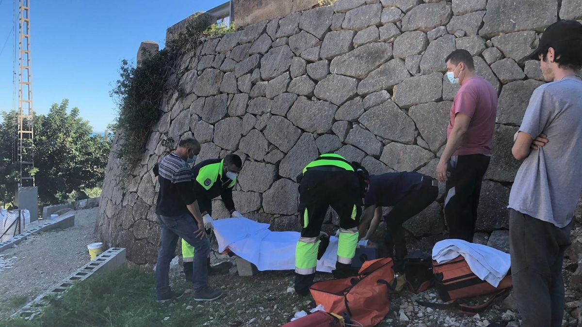 El equipo médico del SAMU atiende a la víctima. Se observa la altura del muro.