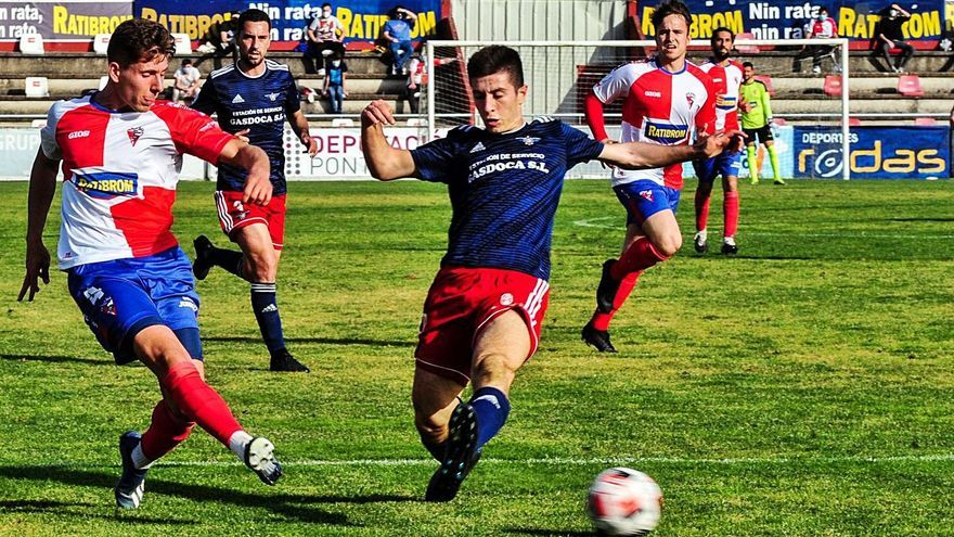 Brais intenta cortar un pase de un futbolista del Arosa en el partido del domingo. |  // IÑAKI ABELLA