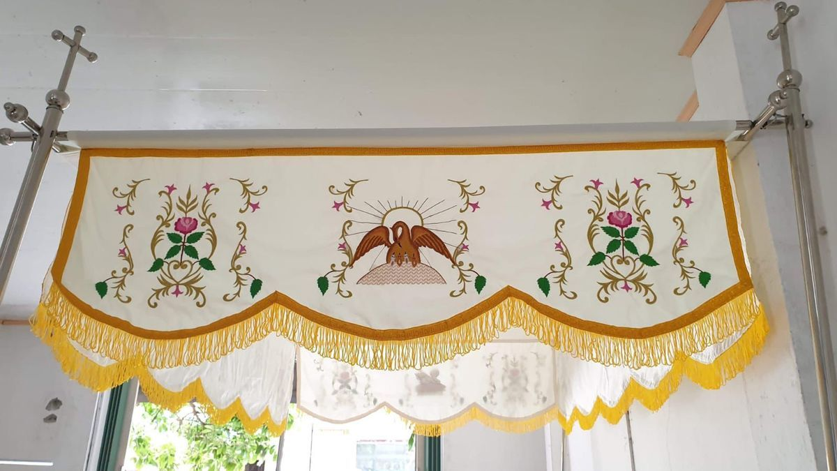 Palio de seda hecho por una religiosa vietnamita para una parroquia de Paterna.