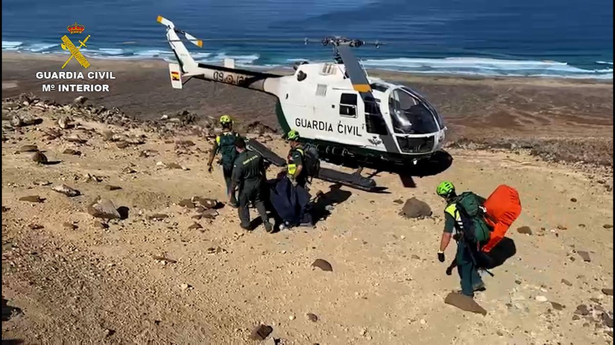 La Guardia Civil recupera y traslada unos restos humanos localizados en un barranco de Fuerteventura