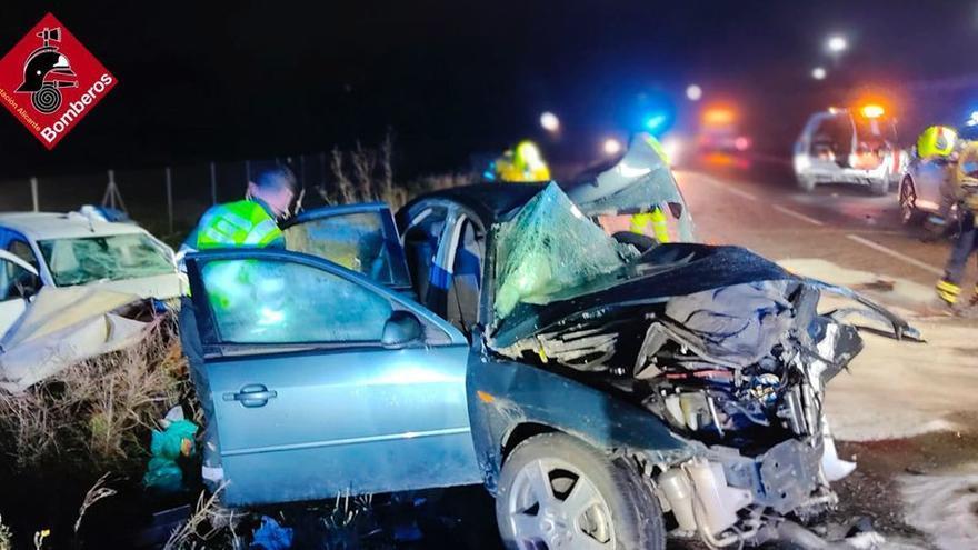Una joven fallecida y tres heridos graves en una colisión frontal en Agost