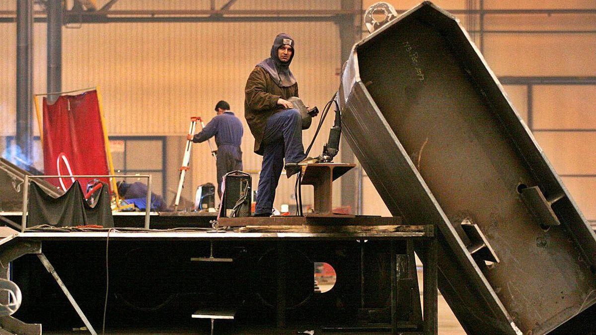 Trabajadores en la planta de Elaborados Metálicos Emesa, en Coirós, cerrada desde febrero.