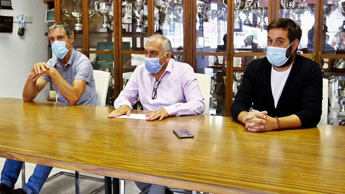 Rafa Sáez, ayer junto al presidente Manuel Abalo y el nuevo director general, Rodrigo Lojo. |  // I. ABELLA