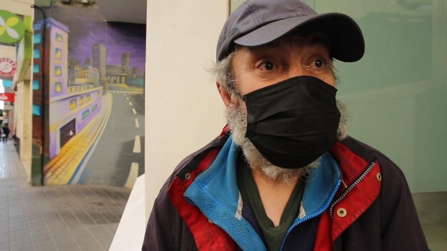 El testimonio de Carlos Zamorano, el mendigo de Alicante que tuvo que rescatar sus pertenencias de la basura después de que la Policía se las tirara a un contenedor