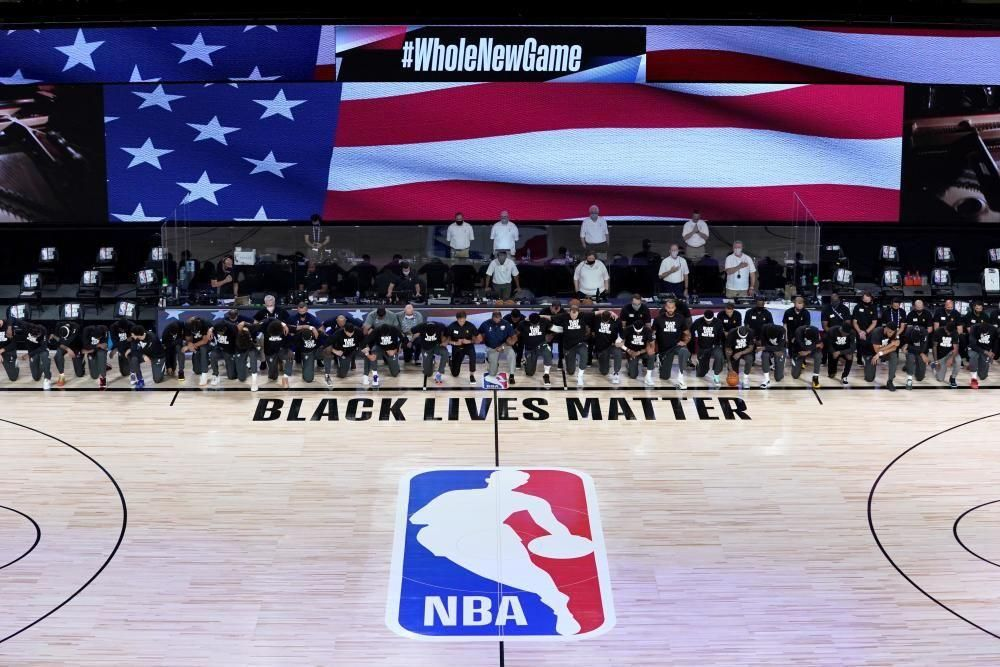 Jugadors de la NBA amb el genoll a terra en un potent missatge contra el racisme