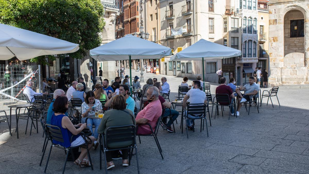 Ciudadanos en una terraza de Zamora