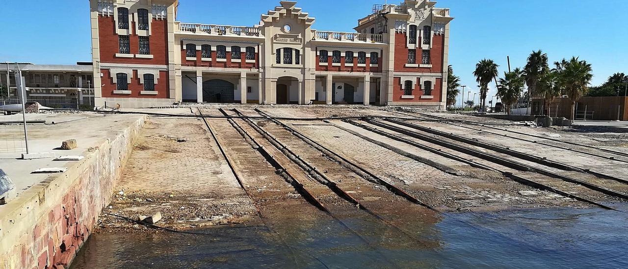 El antiguo varadero del puerto de València, destinado a ser sede del Museo del Mar y actualmente sin uso.   M.A. MONTESINOS