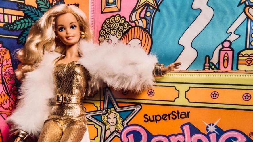 Un modelo de Barbie posa ante la cámara.