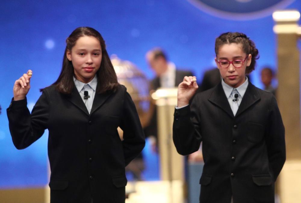 Las dos niñas de la residencia de San Ildefonso posan con las bolas correspondietes al Primer Premio de la Lotería de Navidad.