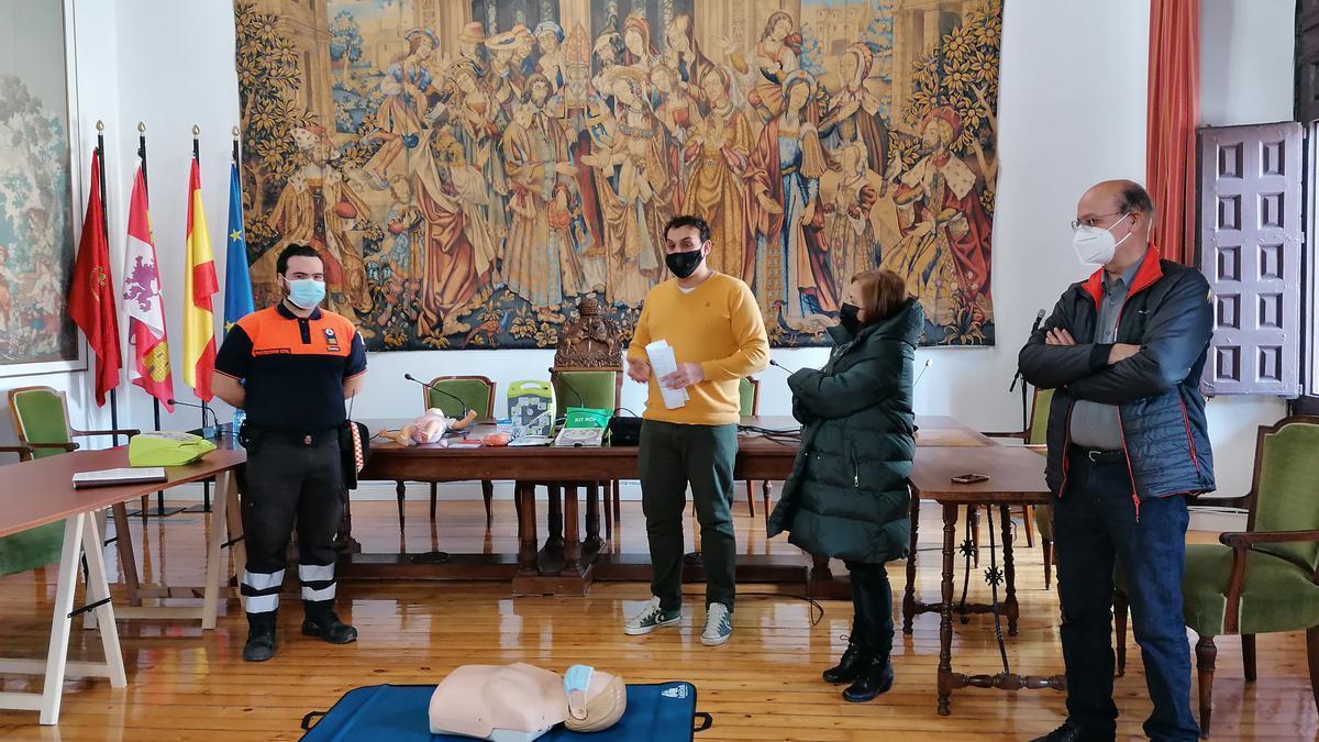 Autoridades locales entregan a Protección Civil un desfibrilador