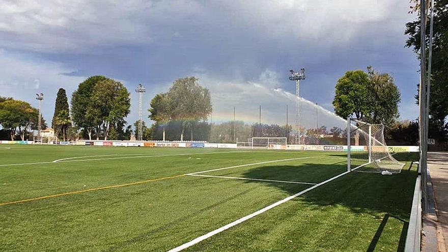 Foios estrena césped en el campo de fútbol