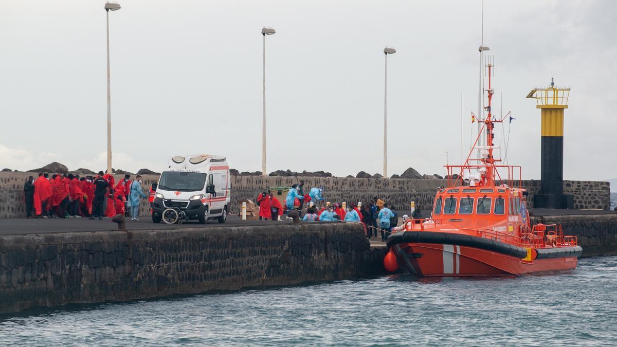 Rescatan a 52 inmigrantes en una neumática rumbo a Lanzarote