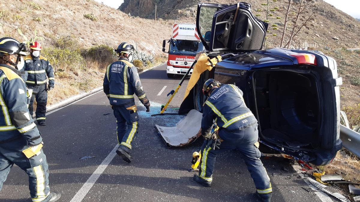 Los bomberos rescatan al conductor atrapado tras uno de los dos vuelcos registrados en vías de la Isla.