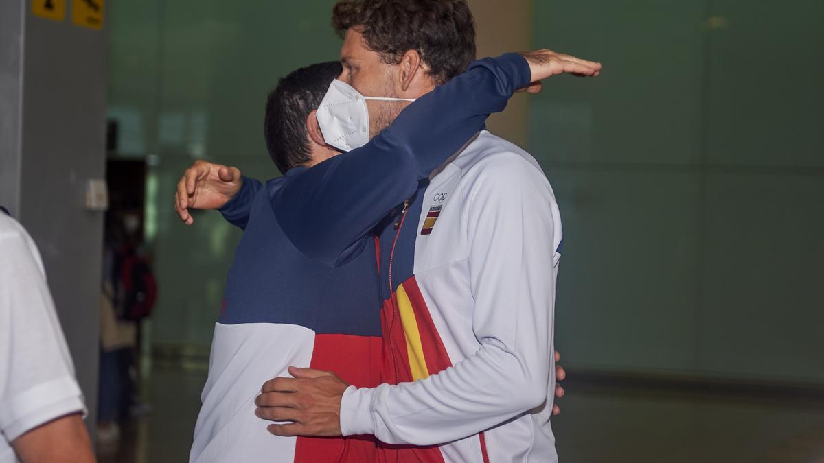 Carreño recibe el abrazo de un amigo.