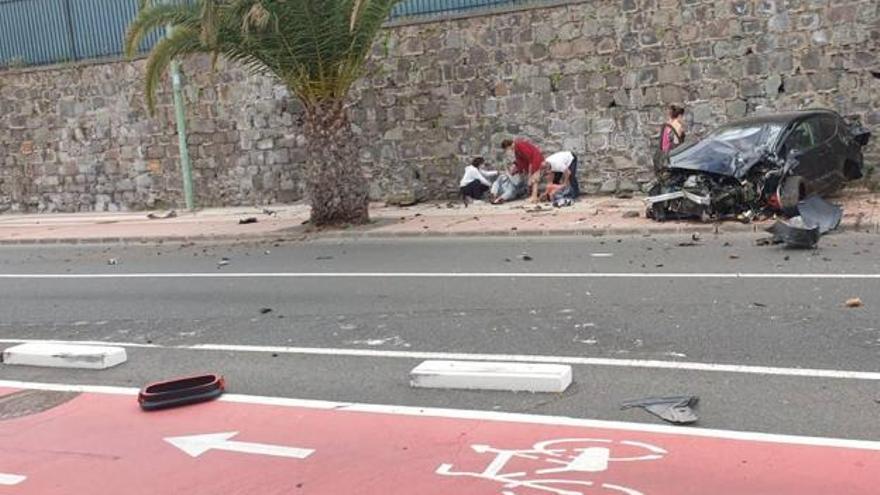 Aparatosa colisión de un coche contra una palmera en la capital grancanaria