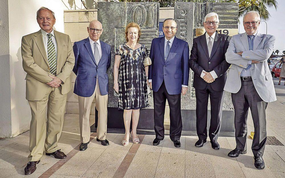 En el centro de la foto, el presidente de Prensa Ibérica, Javier Moll, y la vicepresidenta, Arantza Sarasola, flanqueados de izquierda a derecha por los consejeros José Manuel Vaquero, Jesús Prado, Guillermo Alcalde y Juan Vinyals.
