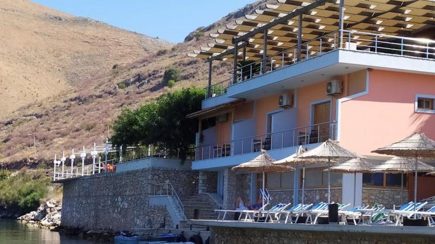 Demolido el restaurante del albanés que atacó a una familia española