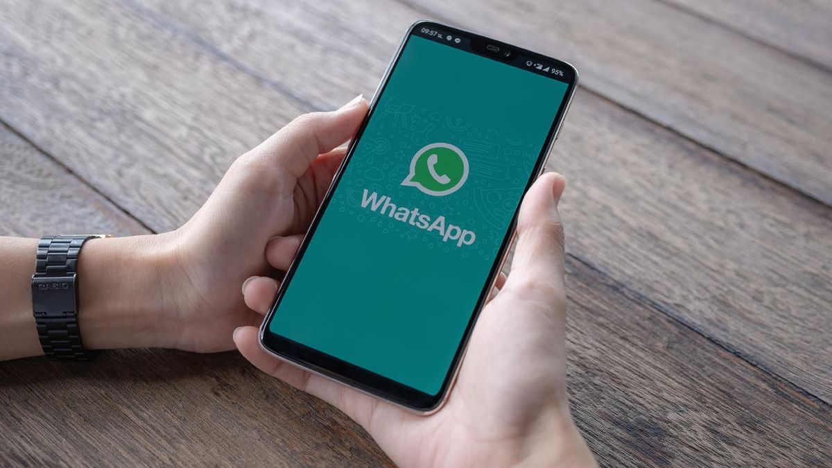 An image of a mobile with WhatsApp.