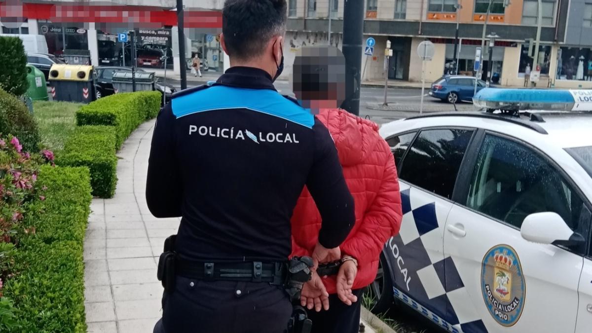 El detenido entre en el coche policial