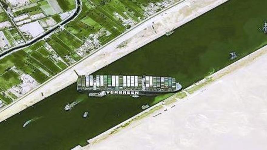 El bloqueig del canal de Suez suposa una amenaça per al comerç mundial