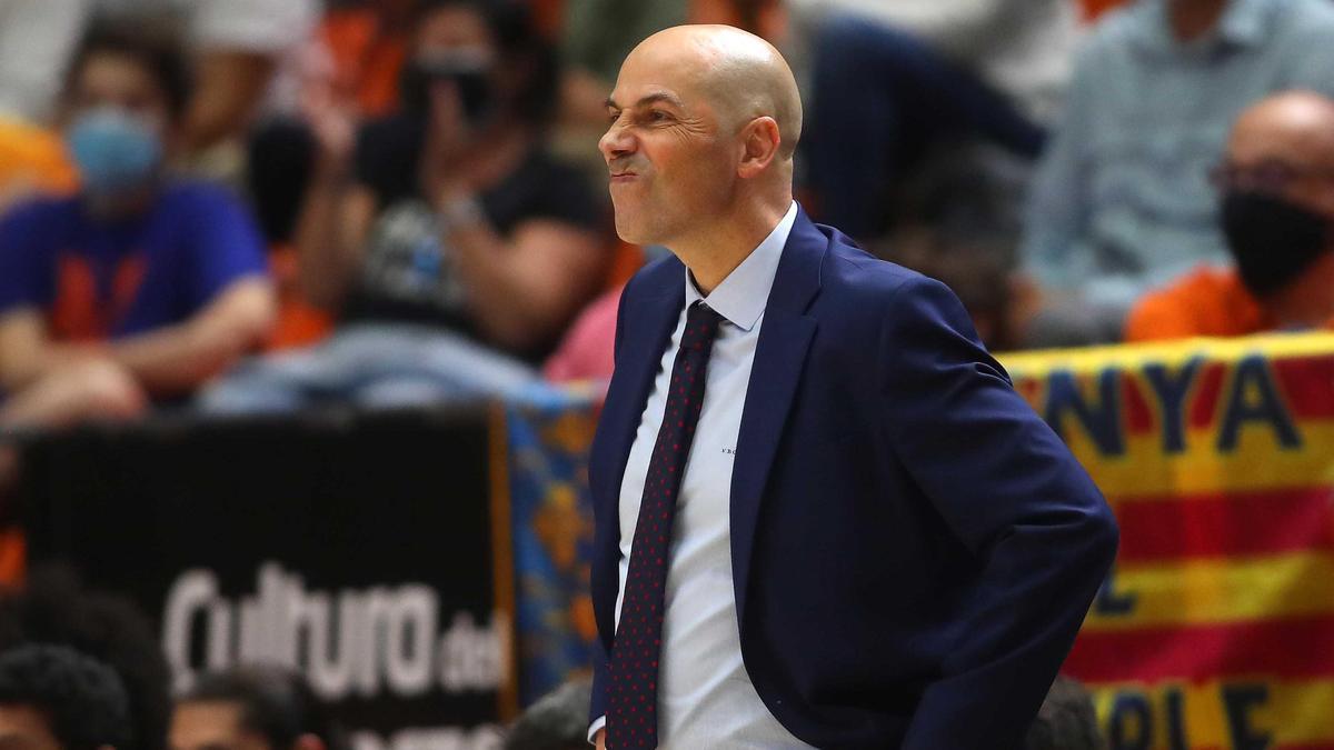 Joan Peñarroya, entrenador 'taronja', con el gesto contrariado en el partido ante el Real Madrid