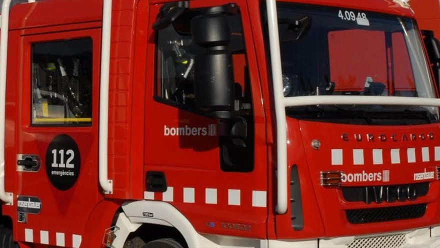 Els Bombers apaguen una caravana incendiada a la C-260 a Figueres