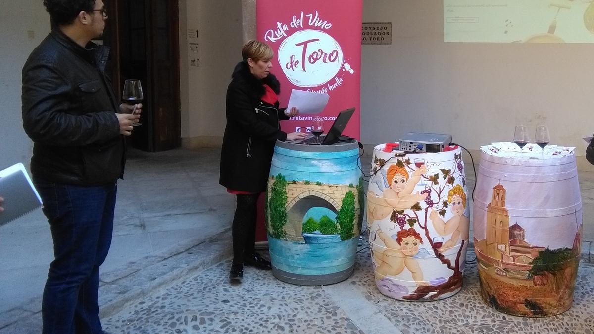 Beatriz Fernández y el alcalde, Tomás del Bien, en la presentación de la Ruta