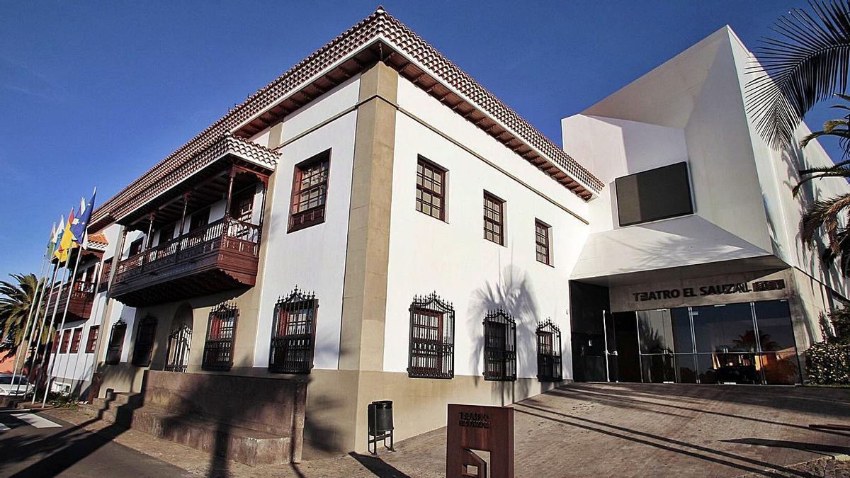 El Ayuntamiento de El Sauzal y el teatro anexo. | | MARÍA PISACA