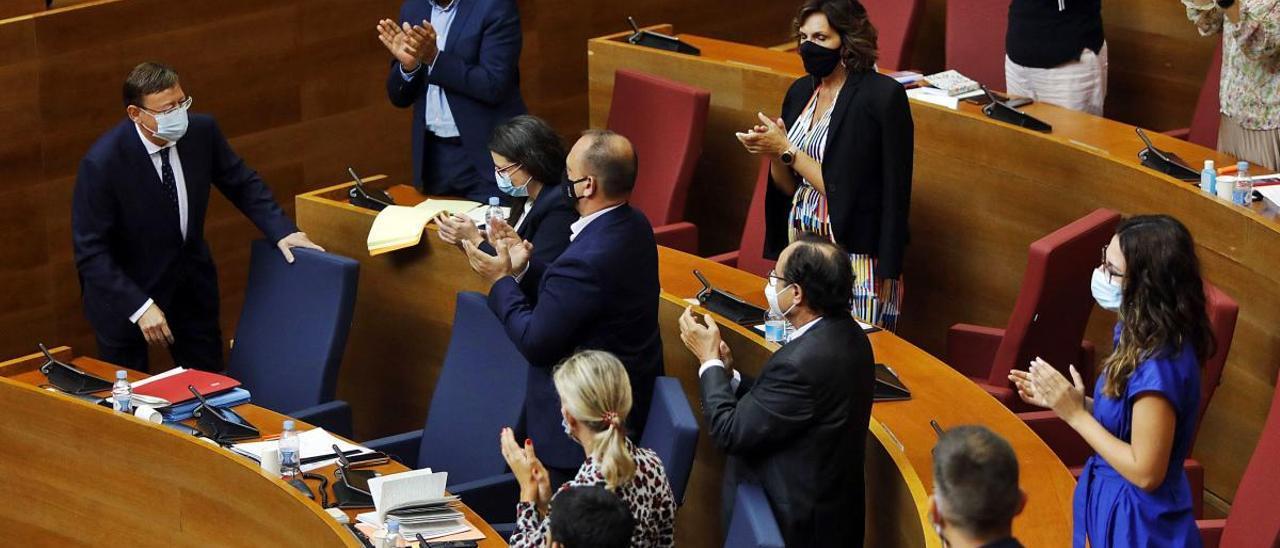 Miembros del Consell y de las bancadas socialista y de Compromís aplauden a Puig tras  su intervención.