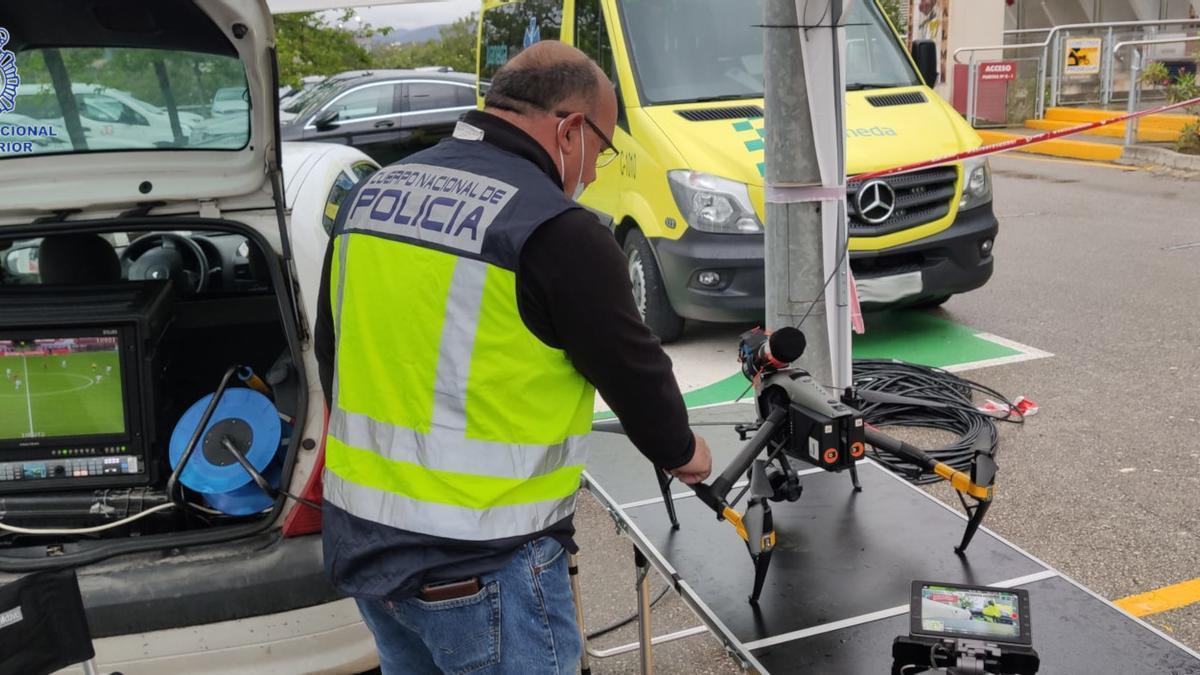 Un agente del grupo de Policía Aeronáutica de Palma, con un dron.