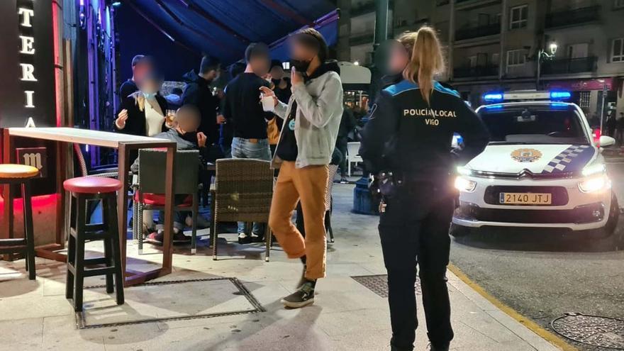 Agreden a la Policía cuando les pilla 'in fraganti' robando gel hidroalcóholico en Vigo