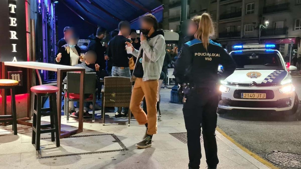 La pareja detenida en Vigo, residentes en Vilagarcía, lanzó patadas a los agentes.