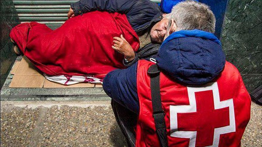 Cruz Roja atiende en Tenerife a 809 personas sin hogar en el primer semestre del año