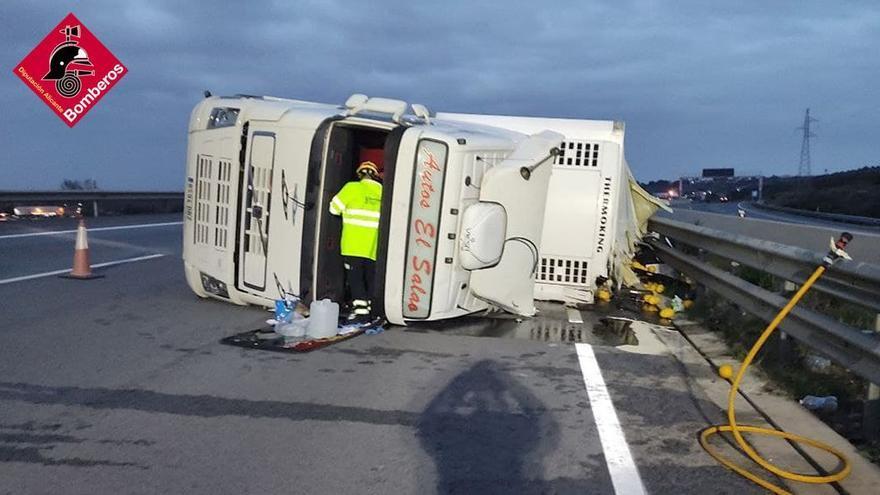 Un camión derrama 500 litros de gasoil tras volcar en el enlace de la autovía de Elche con Madrid