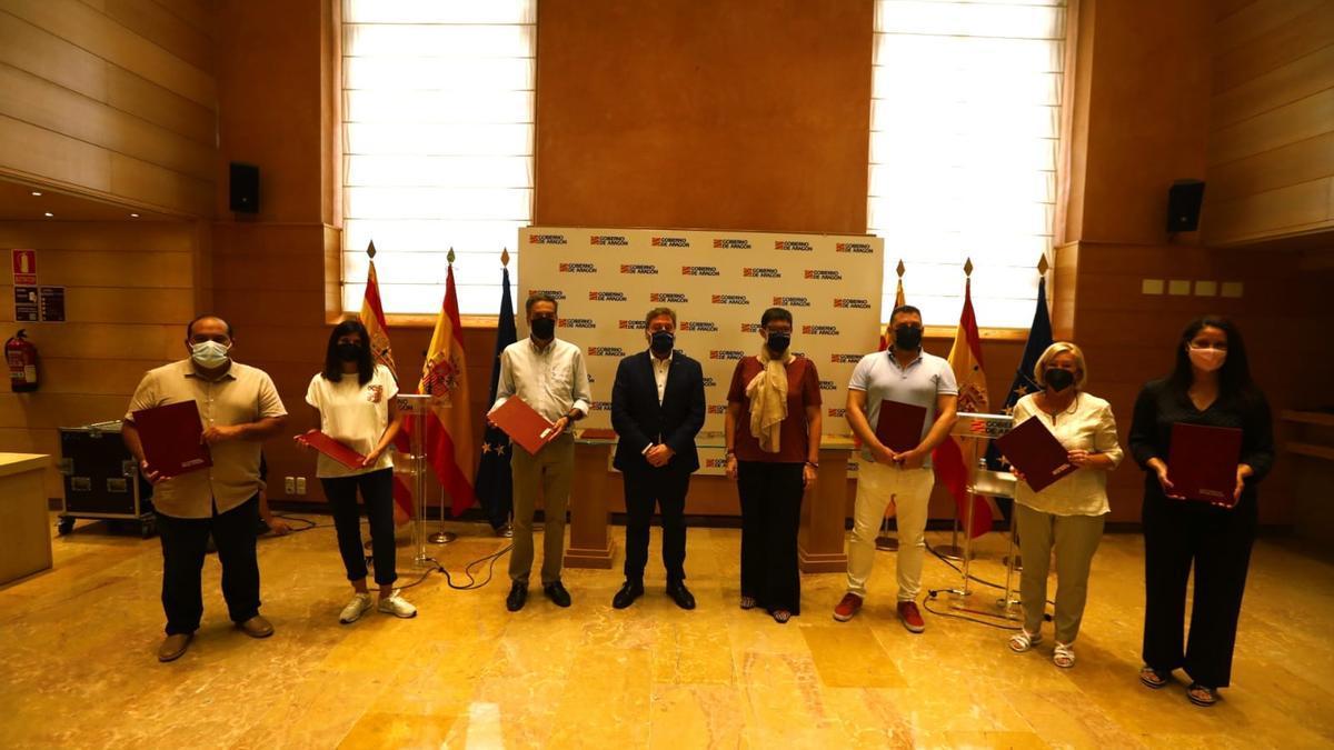 Las seis entidades sociales firmantes junto al consejero de Vivienda, José Luis Soro