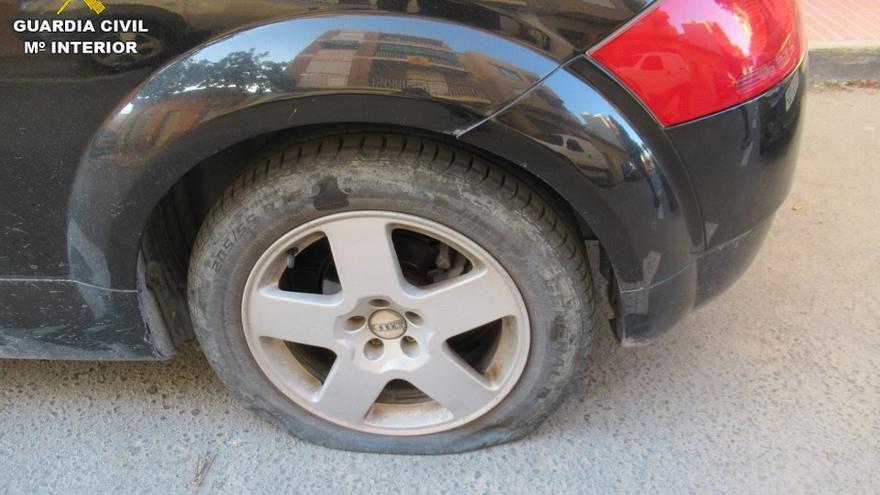 Detenido por pinchar las ruedas de 14 coches porque le molestaban en San Vicente