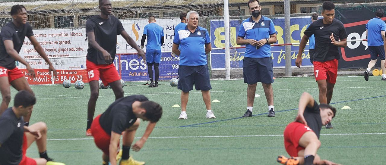 Los jugadores del Llanera, junto al cuerpo técnico, en la sesión del pasado jueves, la primera de la pretemporada. | Miki López