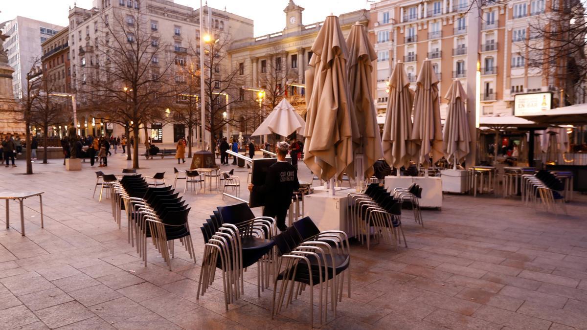 Una terraza cerrada, en el centro de Zaragoza, durante la pandemia del coronavirus.