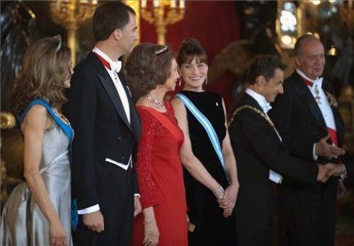 Carla Bruni se luce en España
