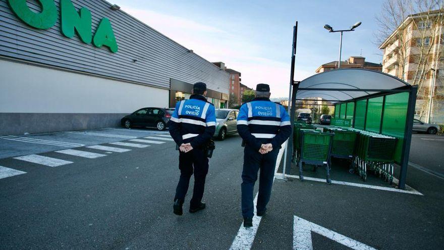 """Comienzan los controles policiales en los supermercados de Oviedo: """"Hemos tenido quejas por excesos de aforo"""""""