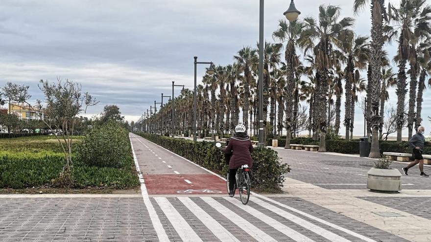 Entra en servicio el renovado y mejorado carril bici del paseo marítimo
