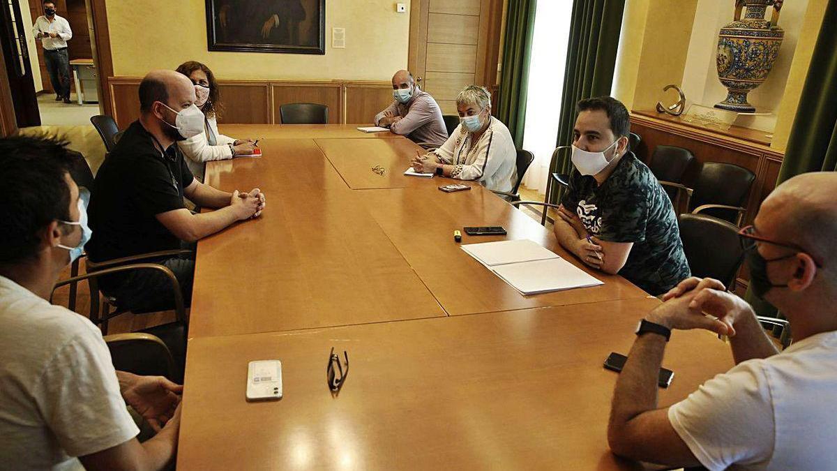 Ana González, a la derecha en el centro, durante la reunión.